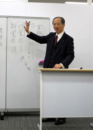 Shimizu-sensei explaining about matsuri.